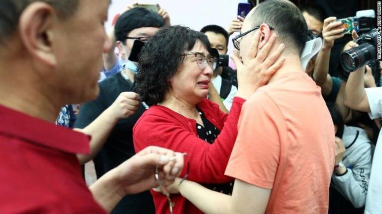Moment émotif : un homme retrouve ses parents 32 ans après son enlèvement (Photos / Vidéo)