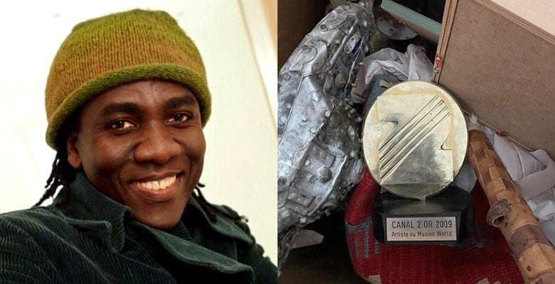 """Richard Bona balance son trophée des """"Canal d'Or"""" à la poubelle, ses compatriotes réagissent"""