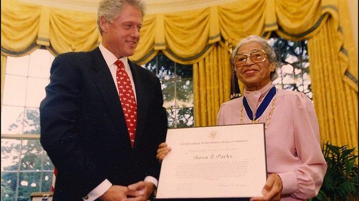 Rosa Parks: la femme noire qui s'est tenue debout en restant assise