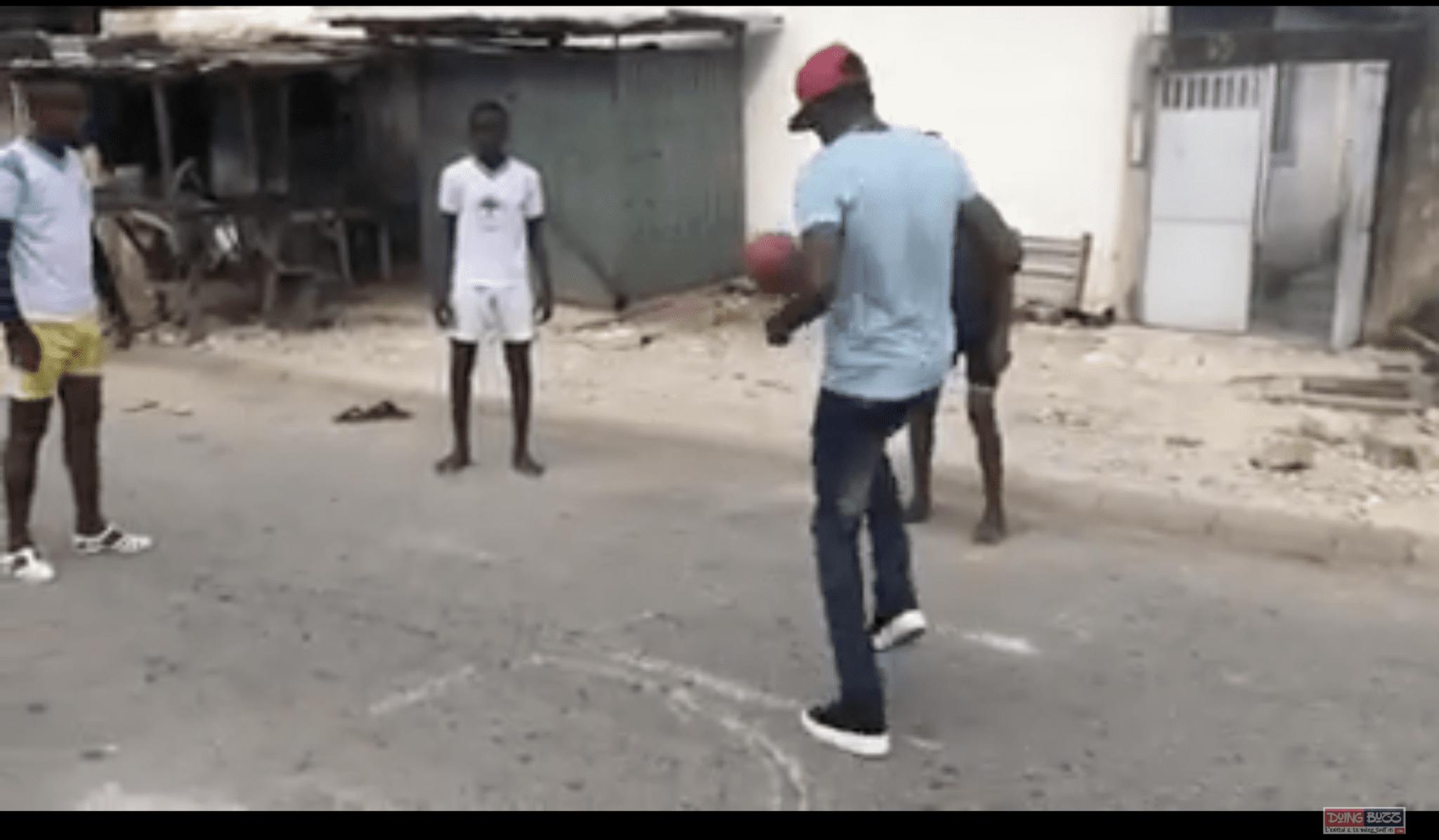 Quand Debordo Leekunfa expose ses talents de footballeur (Vidéo)