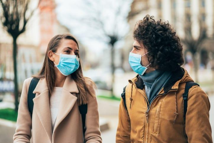 Coronavirus: La Colombie-Britannique suggère aux couples de garder un mur de distance