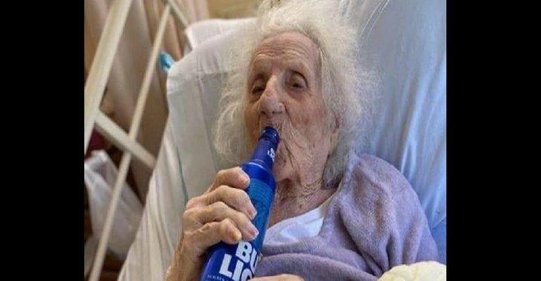 Âgée de 103 ans, elle célèbre sa guérison au coronavirus d'une façon particulière