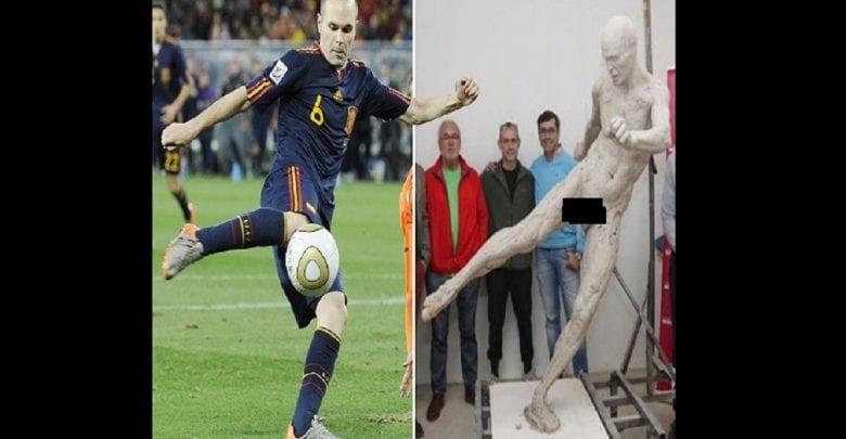 Andres Iniesta: le footballeur surpris par une statue de lui… totalement nu-(photos)