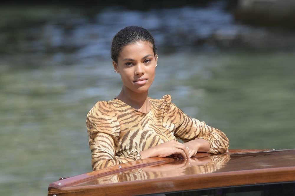 CALIENTE : Tina Kunakey : Divine au bord de la piscine !