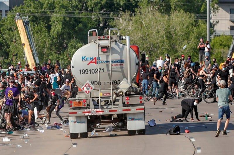 Etats-Unis : un chauffeur arrêté pour avoir foncé sur des manifestants