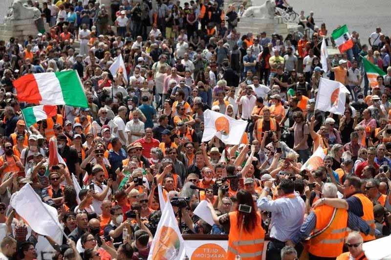 Enragés, des Italiens abandonnent leurs masques et dénoncent la pandémie en tant qu'escroquerie