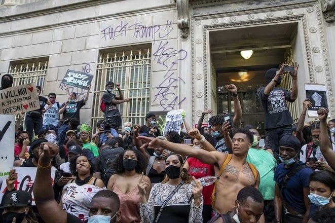 Etats-Unis: la colère s'étend et s'intensifie pour dénoncer la mort d'un Afro-Américain tué par la police