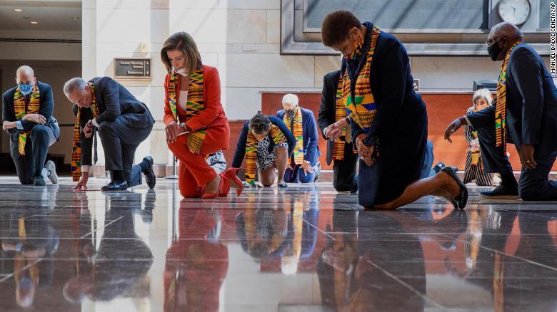 En tissu ghanéen, les démocrates américains observent neuf minutes de silence pour George Floyd