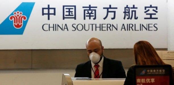 Les États-Unis vont suspendre des vols de compagnies chinoises, Pékin assouplit ses restrictions