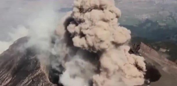 Les images aériennes d'un volcan en éruption au Mexique