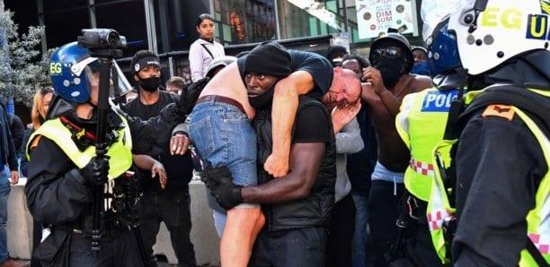 Londres : Un manifestant d'extrême droite secouru par un homme du mouvement «Black Lives Matter» (Photos)