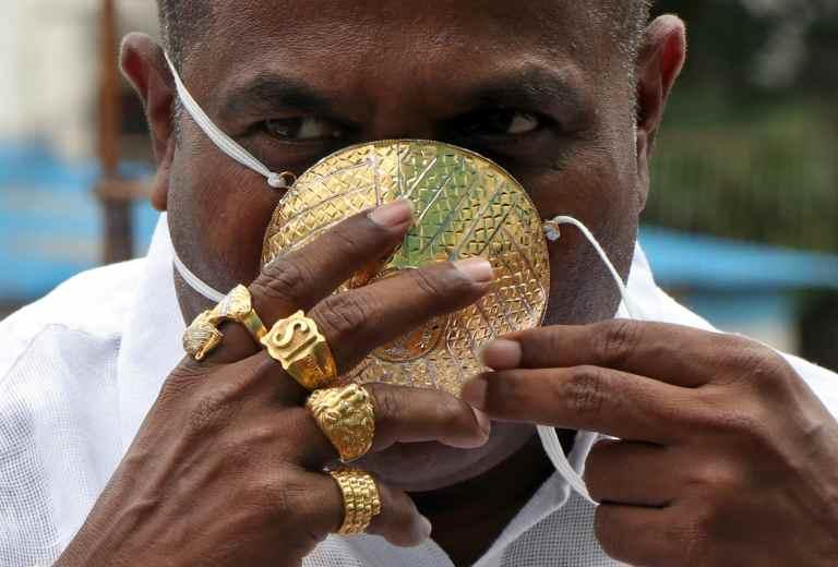 Inde : l'homme d'affaires Shankar Kurhade porte un masque en or estimé à plus de 2 millions FCFA