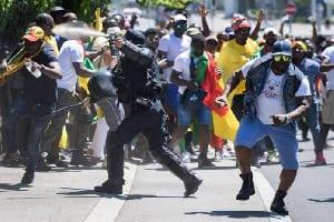 DES CAMEROUNAIS BLOQUENT L'ENTRÉE DE L'AMBASSADE DU CAMEROUN AU CANADA