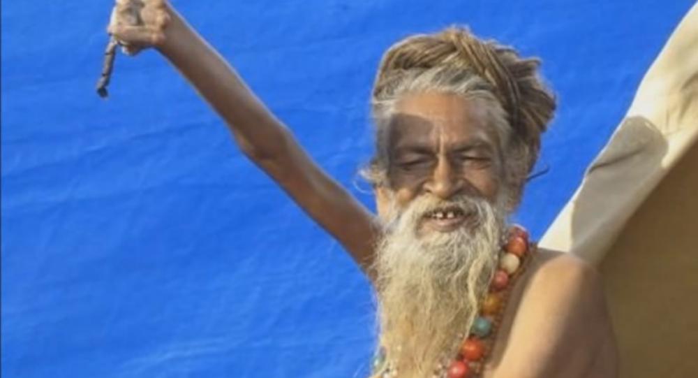 Depuis 43 ans, un hindou tient sa main levée
