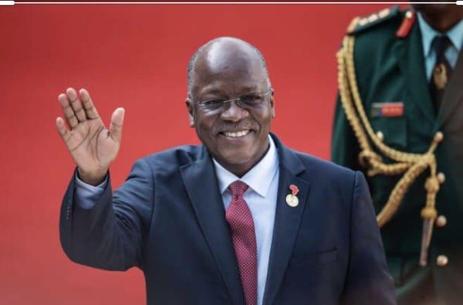 Le président tanzanien jouant au tam-tam dans une église; toute la vérité sur la vidéo
