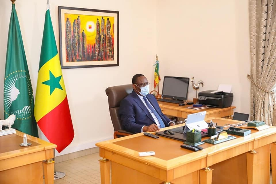MACKY SALL SORT DE SON AUTO-CONFINEMENT