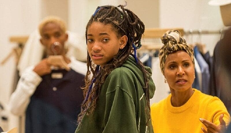 UN YOUTUBEUR SIMULE UNE MASTURBATION DEVANT LA PHOTO DE WILLOW SMITH, SA MÈRE ET SON FRÈRE RÉAGISSENT