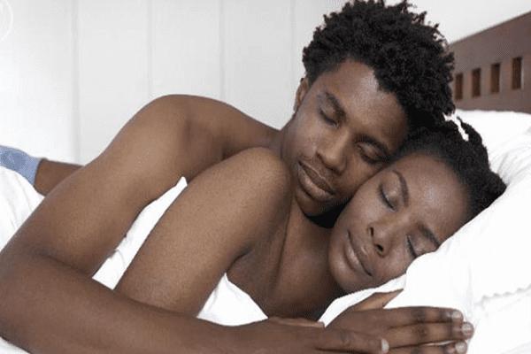 5 raisons pour lesquelles les couples devraient dormir nus