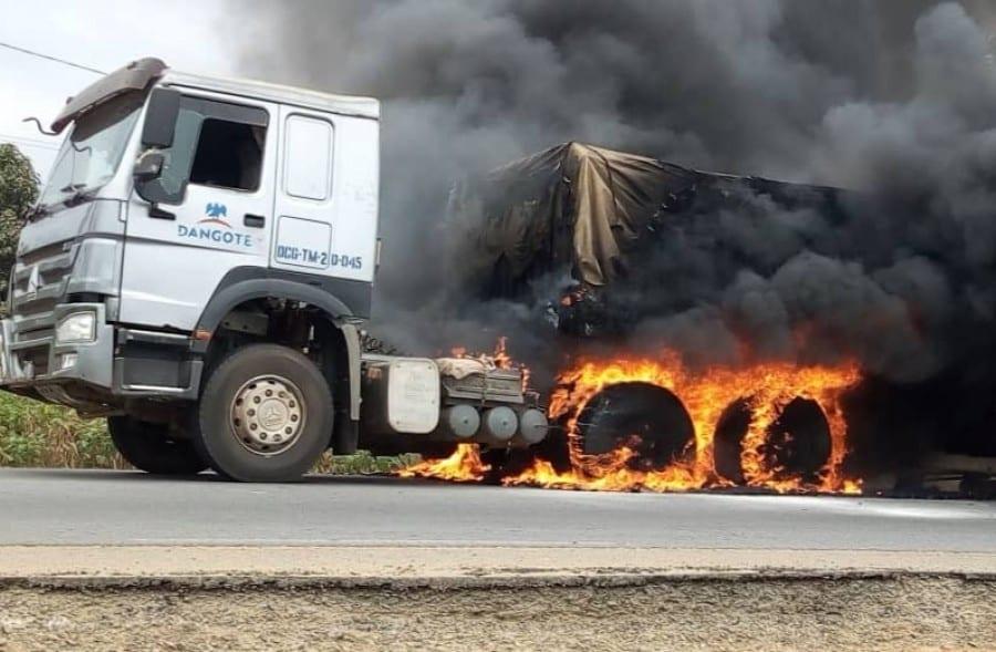 Drame : un camion de Dangote en feu, fait deux morts
