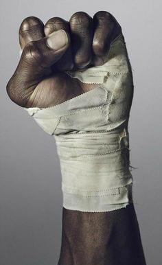 Londres: un Noir donne un coup de poing sec à un raciste (vidéo)