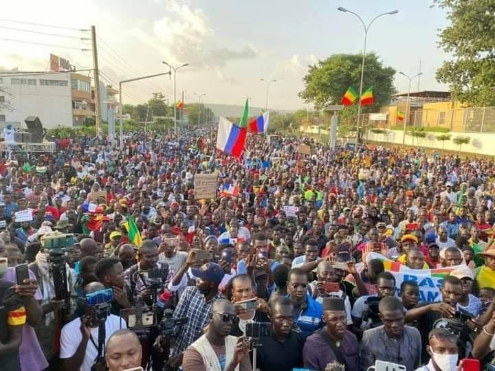 Les Maliens dans les rues réclamant le départ de l'armée française