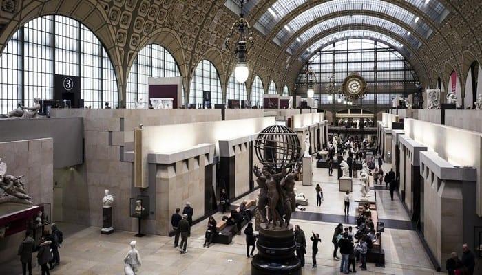 Paris: des femmes manifestent seins nus au musée d'Orsay-Vidéo