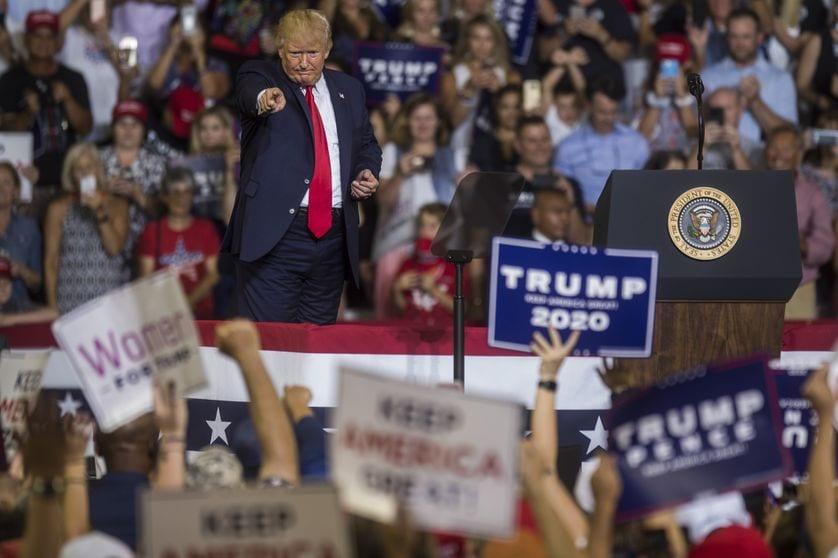 Une foule crie sur Donald Trump