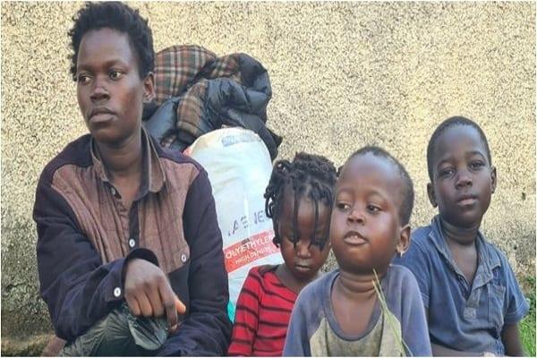 Abandonnée par son mari et contrainte de vivre dans la rue avec ses 3 enfants, elle crie à l'aide