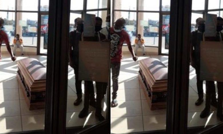 Afrique du Sud : une famille en colère dépose un cadavre à la banque