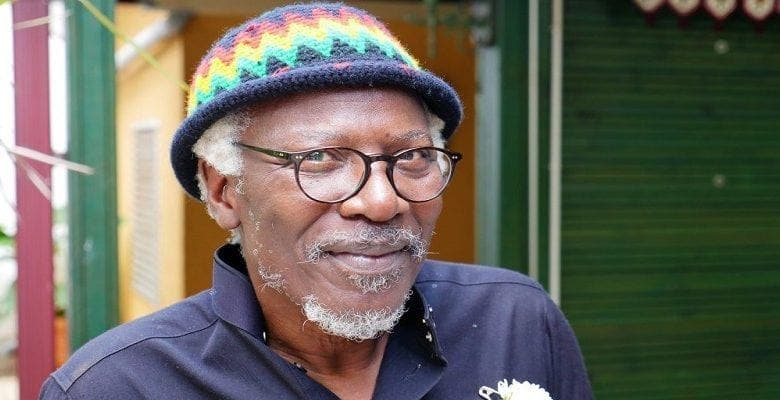 Alpha Blondy : la star enflamme la Toile avec un bébé au dos (photo)
