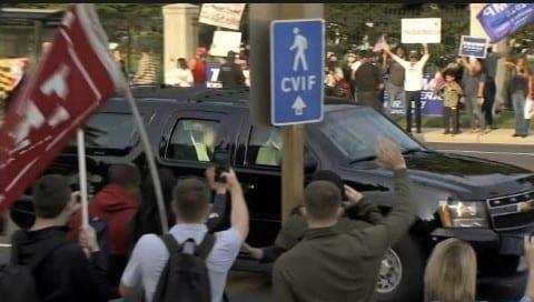 Covid-19: Même hospitalisé, Donald Trump sort pour saluer ses partisans
