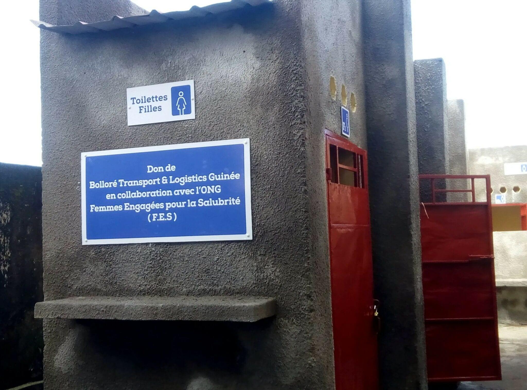 Guinée : Bolloré construit et inaugure des latrines d'une école