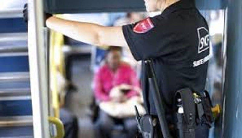 Il brutalise deux femmes et un bébé pour sortir du train en trombe