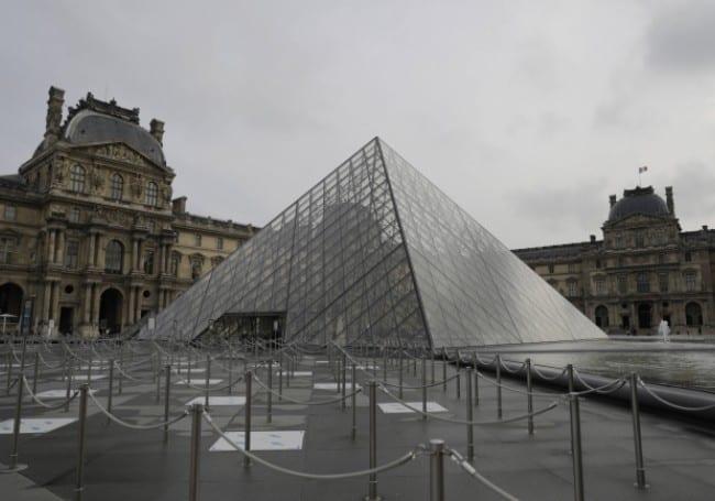 Paris/Louvre : Un Africain prend une sculpture pour la remettre au continent