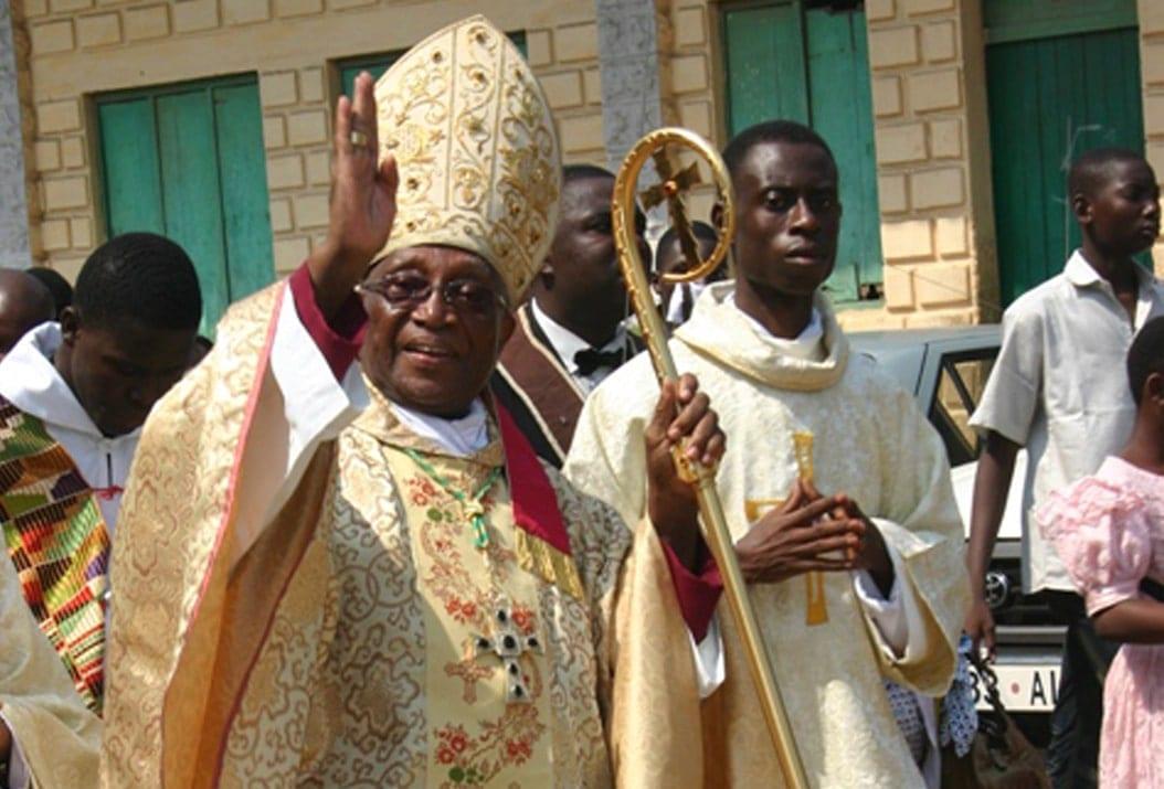 Mgr Kpodzro demande à Emmanuel Macron de traduire Faure Gnassingbé en justice