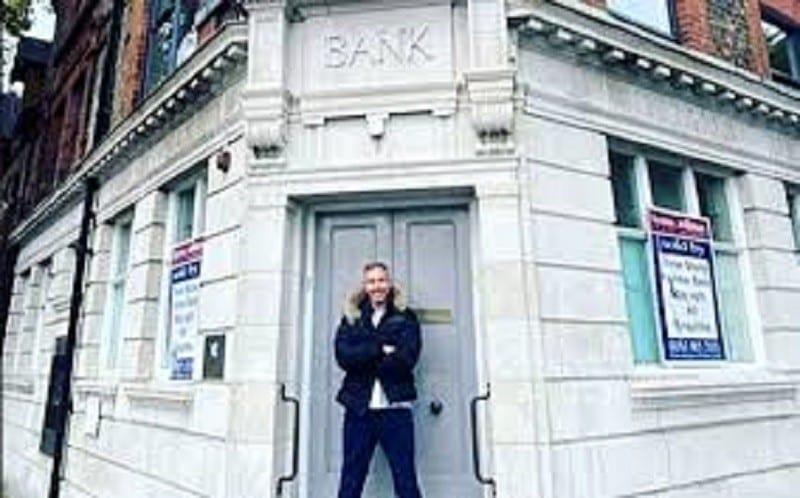 Désormais très riche, il rachète la banque qui lui avait refusé un prêt