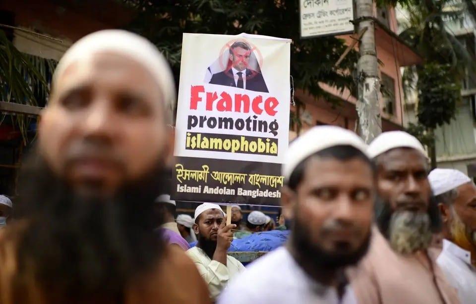 Pourquoi les propos d'Emmanuel Macron sur les caricatures ont-ils provoqué autant de remous dans le monde musulman ?