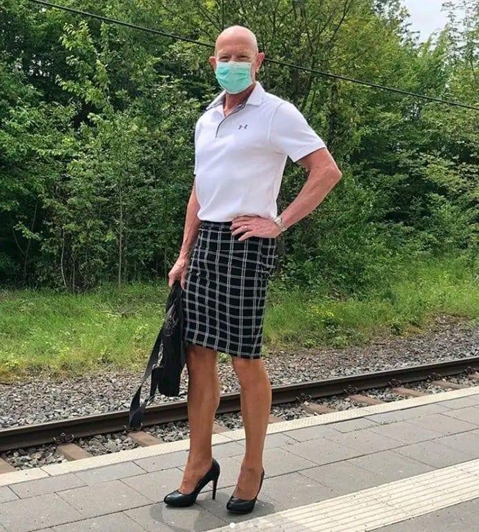 Allemagne : Cet homme porte des jupes et des talons pour aller au travail