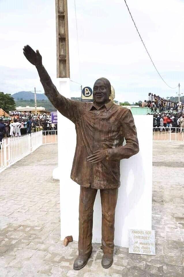 Cette statue de feu Amadou Gon Coulibaly est jugée médiocre