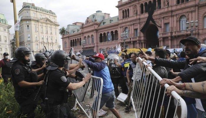 Argentine : émeute à la veillée funèbre de Maradona, on déplore un blessé !