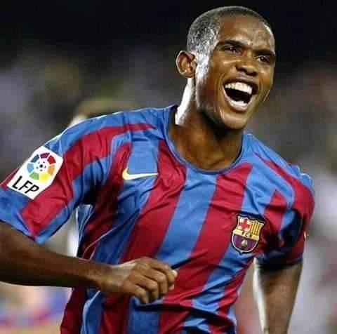 Samuel Eto'o donne des directives à Bacelone