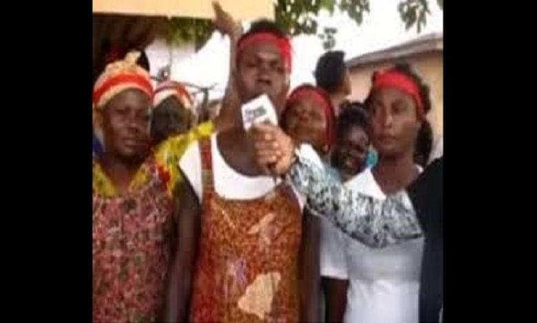 """""""Forcez le gouvernement à réparer nos routes ou pas de sexe"""": des femmes ghanéenne en colère défient leurs maris"""