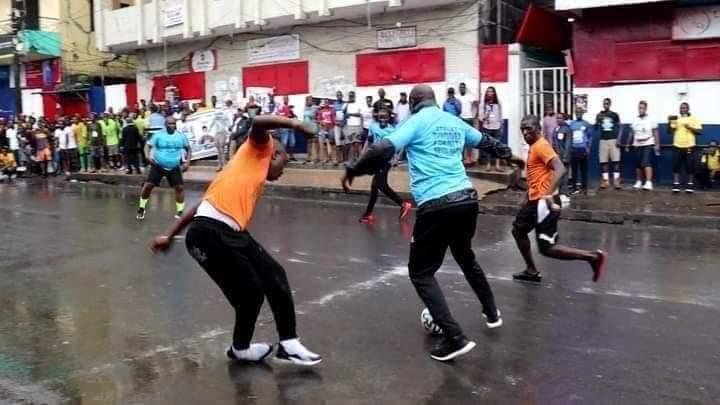 Georges weah aperçu dans la rue de Monrovia entrain de jouer.