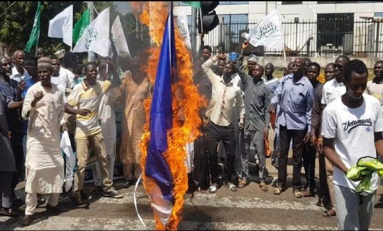 Nigeria : un groupe islamiste en colère brûle le drapeau de la France