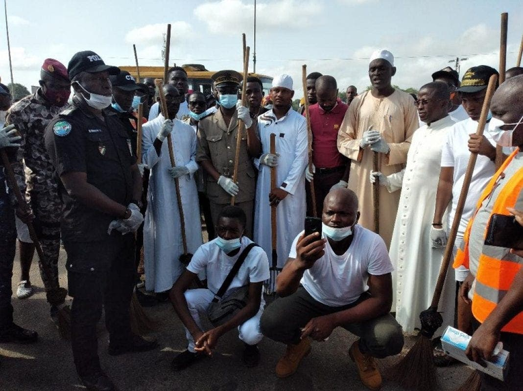 Opération de nettoyage à Yamoussoukro : les jeunes et les forces de sécurité dans la rue