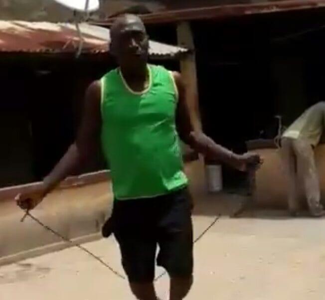 La corde à sauter, un bon exercice pour les sportifs.