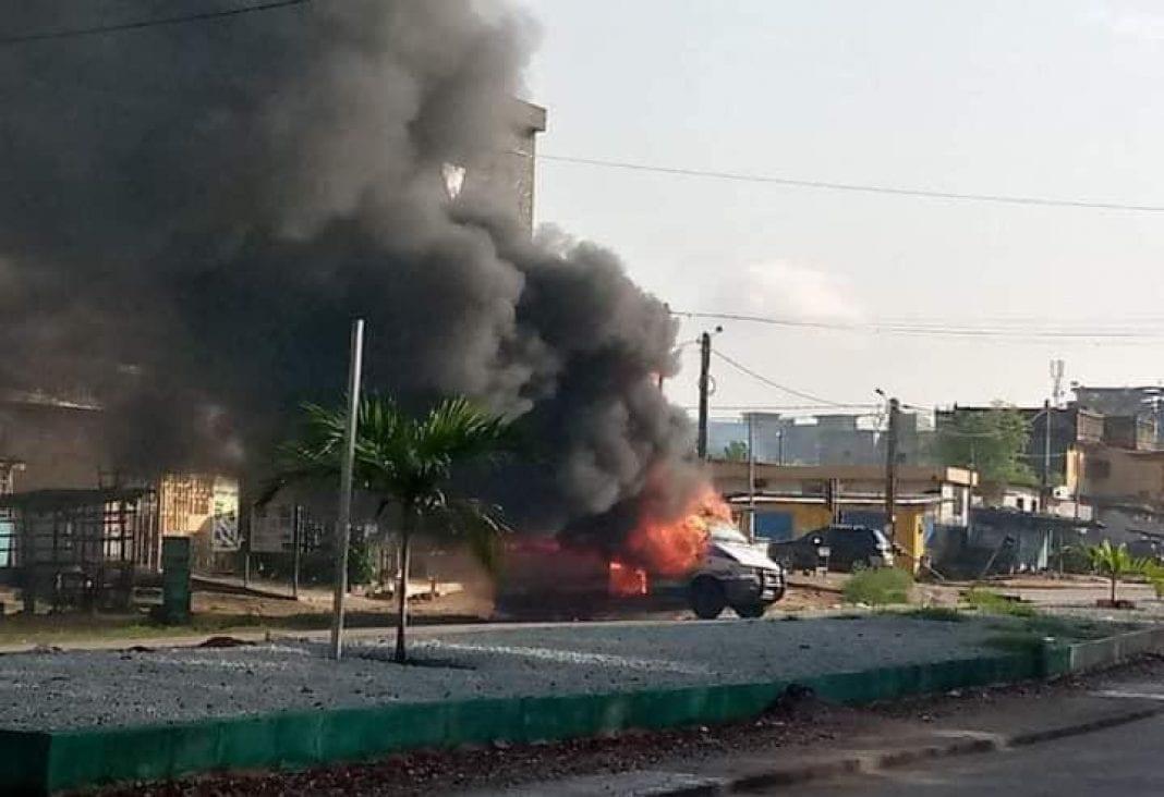 Un minicar incendié à Yopougon – Actualité ivoirienne