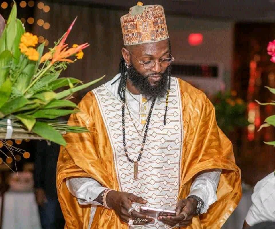 Adebayor fait à nouveau le buzz pour son style vestimentaire