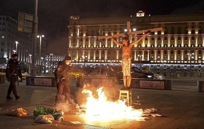 Il imite la crucifixion de Jésus Christ et écope une peine de prison