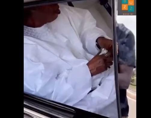 Serigne Abdou Karim Mbacké offre de l'argent à Niang Kharagne Lo (Vidéo)
